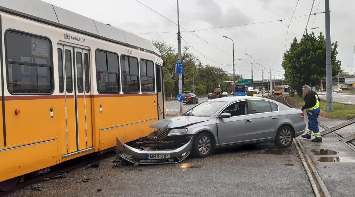 Villamossal ütközött egy autó Ferencvárosban, a jármű sofőrje a piros jelzés ellenére kanyarodott