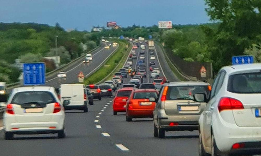 Óriási dugó az autópályákon: pünkösd hétfőn Budapest irányába nagy a torlódás