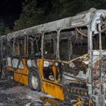 Sokkoló felvételek: teljesen kiégett egy busz az M7-esen, Érd közelében – Többen is utaztak rajta