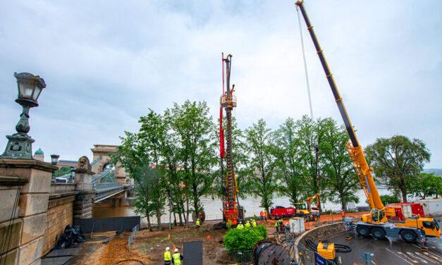 Látványosság a Dunán: 5 emelet magas, különleges gépek érkeztek a Lánchíd felújításához