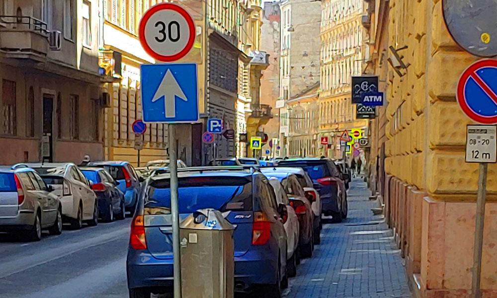 Kiverte a biztosítékot, hogy felére szűkítené Niedermüller Péter a járdát, így még egy babakocsi sem férne el az autóktól