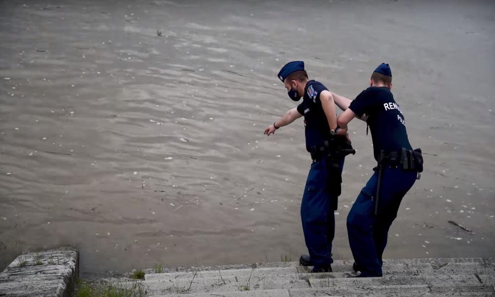 Megjutalmazták az angyalföldi rendőröket, akik egymásba kapaszkodva húztak ki egy nőt a Dunából – videó