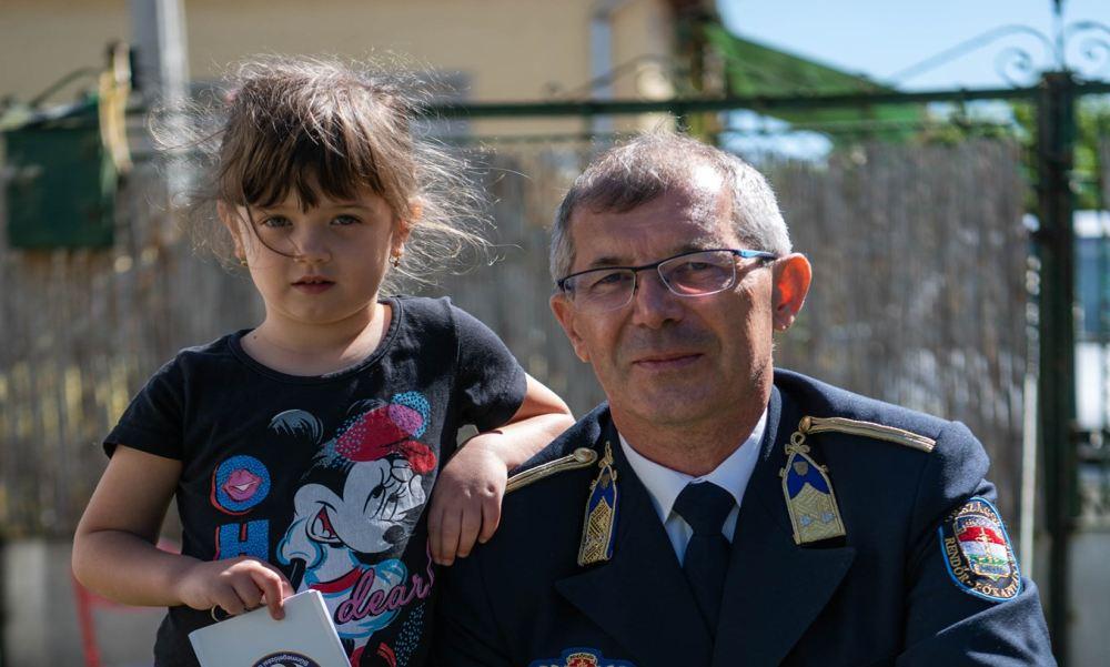 Ötévesen mentette meg édesanyja életét egy telefonhívással a kis Elena: a rendőrség most meglepte a kislányt