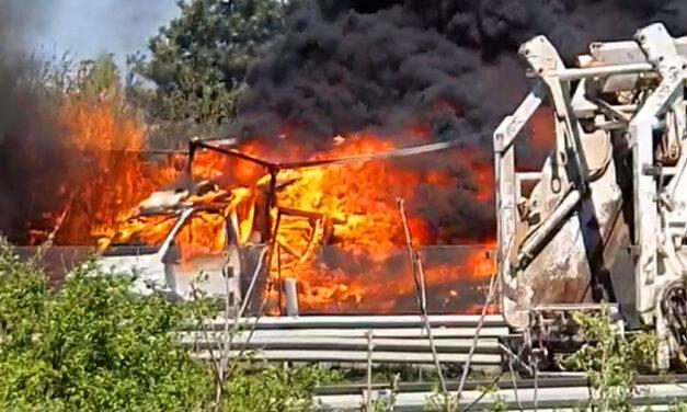 Óriási lángokkal ég egy teherautó az M7-esen Érdnél, robbanást hallottak a környéken élők