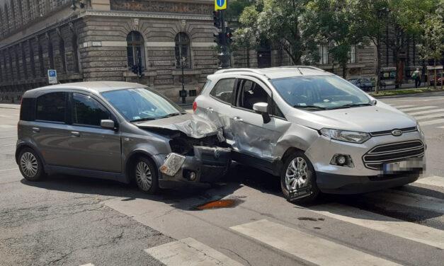 Ford és Fiat  rohant egymásba az Andrássy-Izabella utca kereszteződésben, egy ember megsérült – Fotók a helyszínről