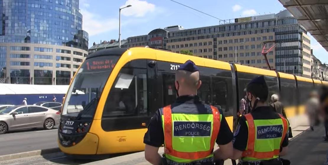 Az 1-es villamos útvonalán akcióztak a rendőrök – Két körözött személy csuklóján kattant is a bilincs – videó