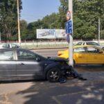 Egymásba rohantak, majd a járdára csapódtak, egyikük egy tűzcsapot is kidöntött: egy taxis és egy Ford karambolozott Budapesten – Fotók a helyszínről