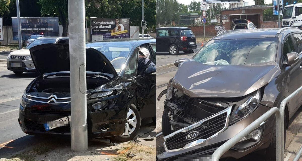 Csúnya baleset a 10. kerületben, két autó rohant egymásba, egyikük a gyalogátkelőhelyen landolt – Fotók a helyszínről