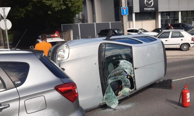 Oldalára borult egy Renault, a sofőr későn vette észre a gyalogost a zebrán