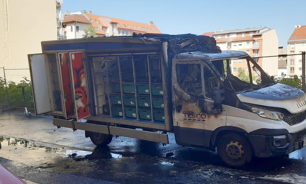 Kigyulladt a Tesco házhozszállító teherautója, a Mammutnál pedig egy autós felgyűrt egy tűzcsapot