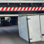Letépte a teherautó rakterét a magasságorlátozó, nagy csattanással esett az útra