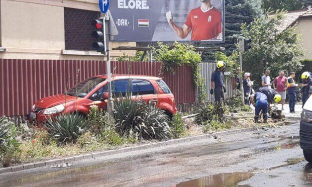 Letarolta a tűzcsapot egy Suzuki Budapesten: folyóvá változott a Csapó utca