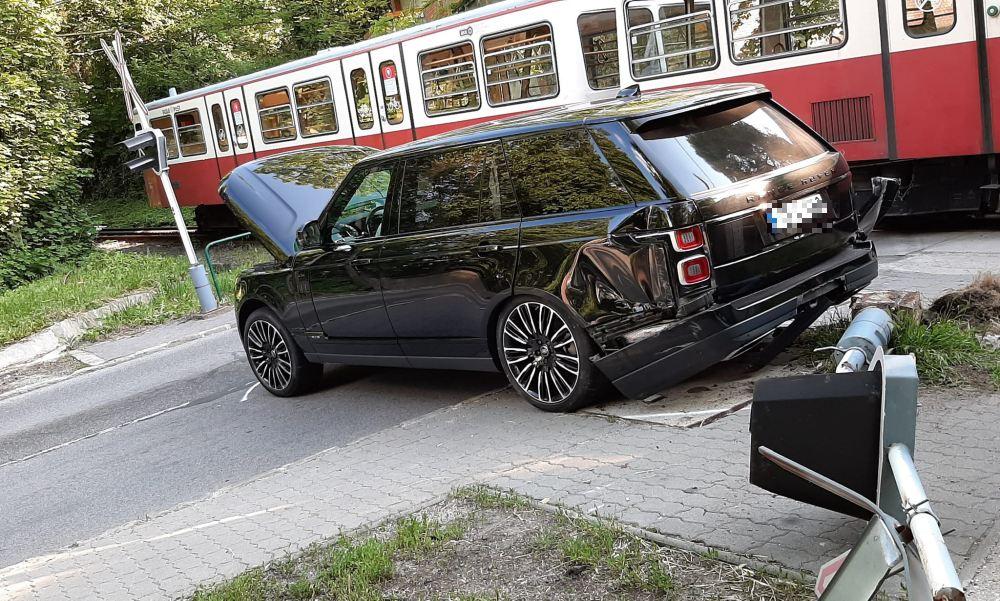 A fogaskerekűvel ütközött egy Range Rover