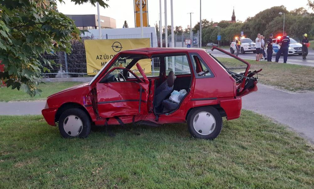 Áthajtott a piroson a taxis, és nekirongyolt egy Citroennek Budapesten: a tűzoltók feszítővágóval mentették ki a sofőrt – fotók