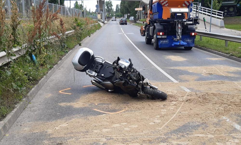 Brutális motorbaleset miatt visszafordítják az autósokat a Slachta Margit rakparton – fotók