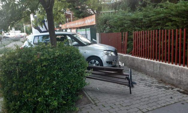 Szörnyű: Felhajtott a járdára egy Skoda és letarolta a padot, amin négy gyerek is ült – fotók