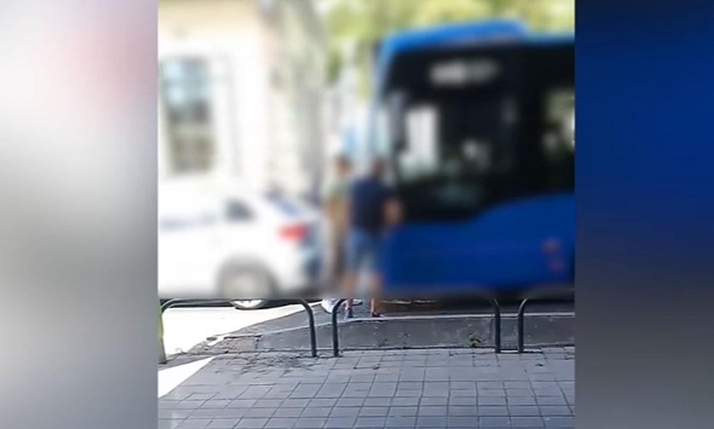 Büntetőfékezett a BKV-busz előtt a férfi, aztán még neki állt feljebb, hogy nekicsúszott az Audijának a busz Budafokon