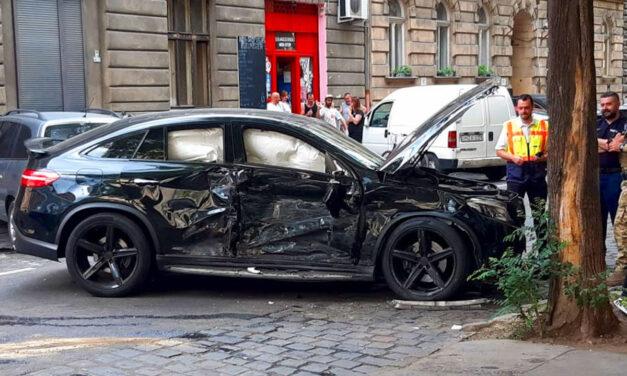Kiválóan vizsgázott a 30 milliós Mercedes ütközésvédelme, a haja szála sem görbült az utasoknak, de mi lesz mindenki mással?