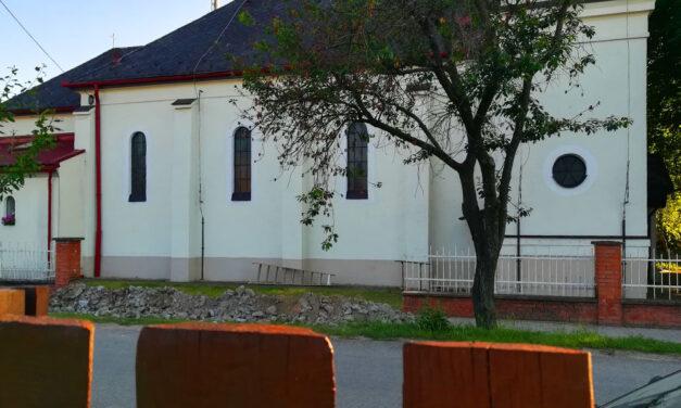 """""""Az egyház ügyeibe senki sem szólhat bele"""" – a botrányt okozó dunavarsányi urnafal miatt levelet kaptunk a Váci Egyházmegyétől"""