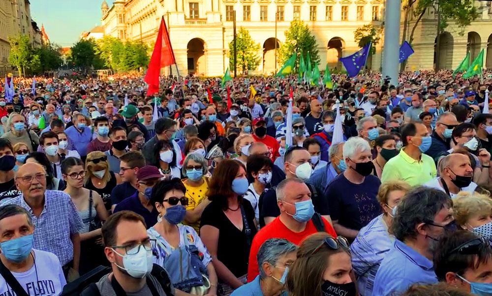 """Karácsony Gergely: """"A Fudan-ügy a Fidesz teljes erkölcsi öngyilkossága"""" – több ezren tüntettek a Kossuth téren"""