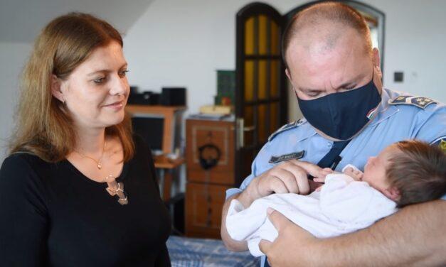 Száguldó rendőrautó vitte a vajúdó asszonyt a kistarcsai kórházba – A rendőrök most meglátogatták a családot – videó