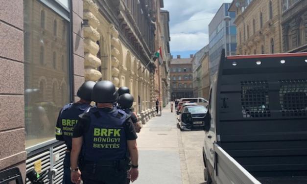 Fegyverrel fenyegette meg a szomszédját egy férfi egy budapesti társasházban, a TEK-esek elfogták a tettest