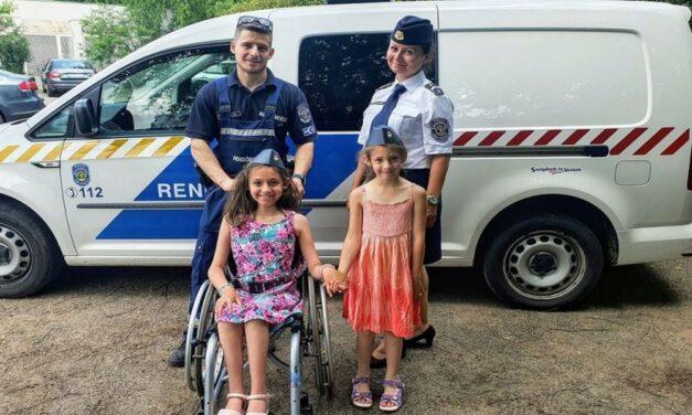 Közös programokkal és ajándékkal lepték meg a rendőrök a mozgáskorlátozott lányát nevelő kvíznyertes édesanyát – fotók