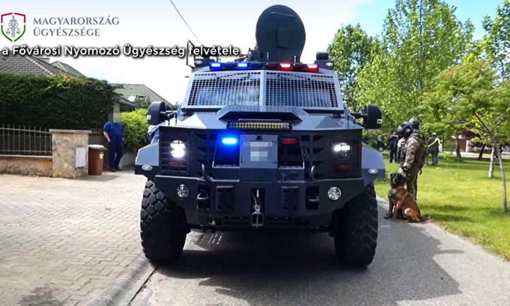 Óriási arzenállal vonult ki a hatóság elfogni a terroristát, jómódú környéket szálltak meg a fegyveresek
