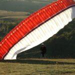 Elvesztette az uralmát az eszköz felett: 10-15 méteres magasságból csapódott a földbe egy siklóernyős Vácnál