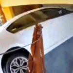 Beleremegett a ház: Családi ház garázsbeállójába repült egy autó Tárnokon – videó