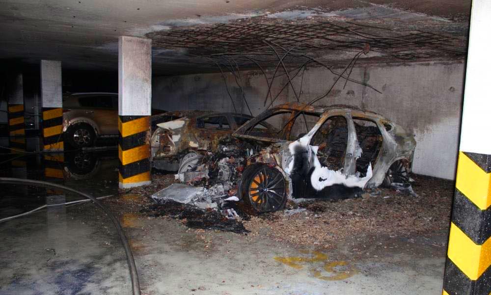 Több autó gyulladt ki egy mélygarázsban a Balatonnál, óriási erőkkel vonultak ki a tűzoltók