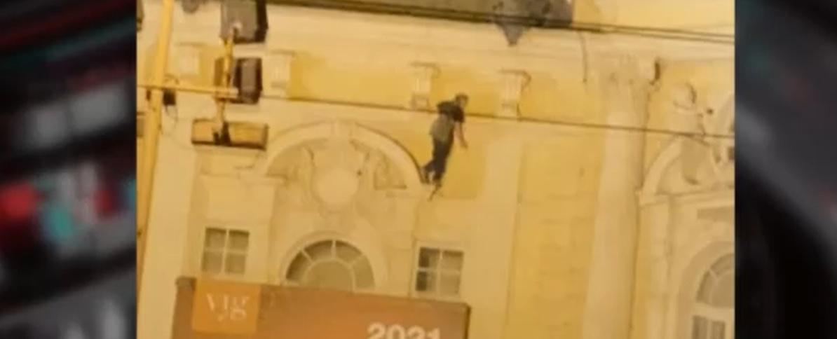 Drámai videón a férfi, aki lezuhant a Vígszínház épületéről
