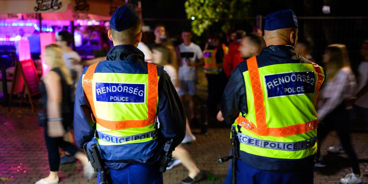 Óriási razzia Siófokon, ellepték a zsaruk a Petőfi sétányt, közel tucatnyi embert állítottak elő –  Volt aki ellen elfogatóparancs volt érvényben