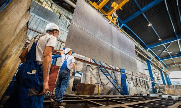 Így néznek ki a Lánchíd egyenként 6 tonnás darabjai – Nagyüzemben készülnek Csepelen