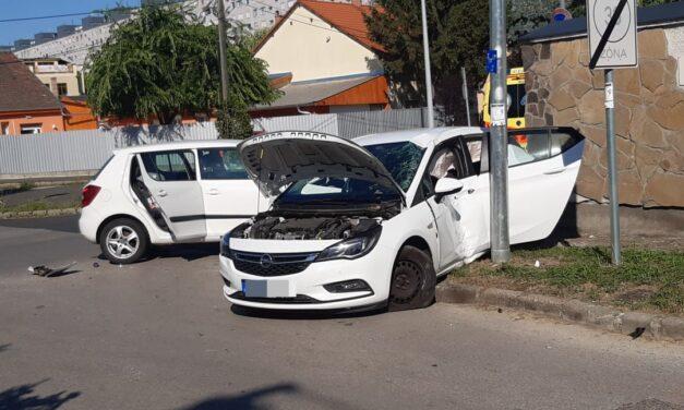 Havonta ütköznek a halálsarkon – Újabb autók karamboloztak a Thököly-Apolló kereszteződésnél