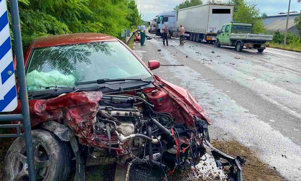Szemből belecsapódott a kamionba a részeg sofőr, alig maradt valami a Skodából a 6-os út bevezetőjén
