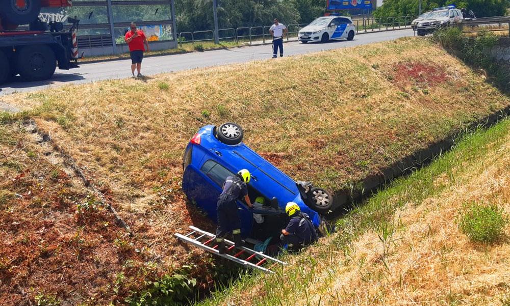 Egy BMW miatt a patakba zuhant egy idős házaspár a Skodájukkal a soroksári Auchan közelében