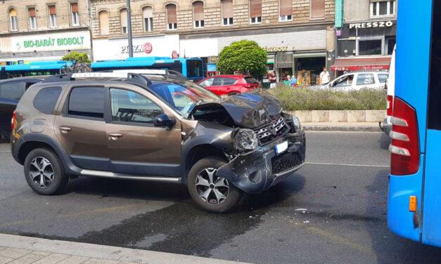 Egy epilepsziás férfi az autójával fékezés nélkül csapódott egy buszba a Keleti pályaudvarnál