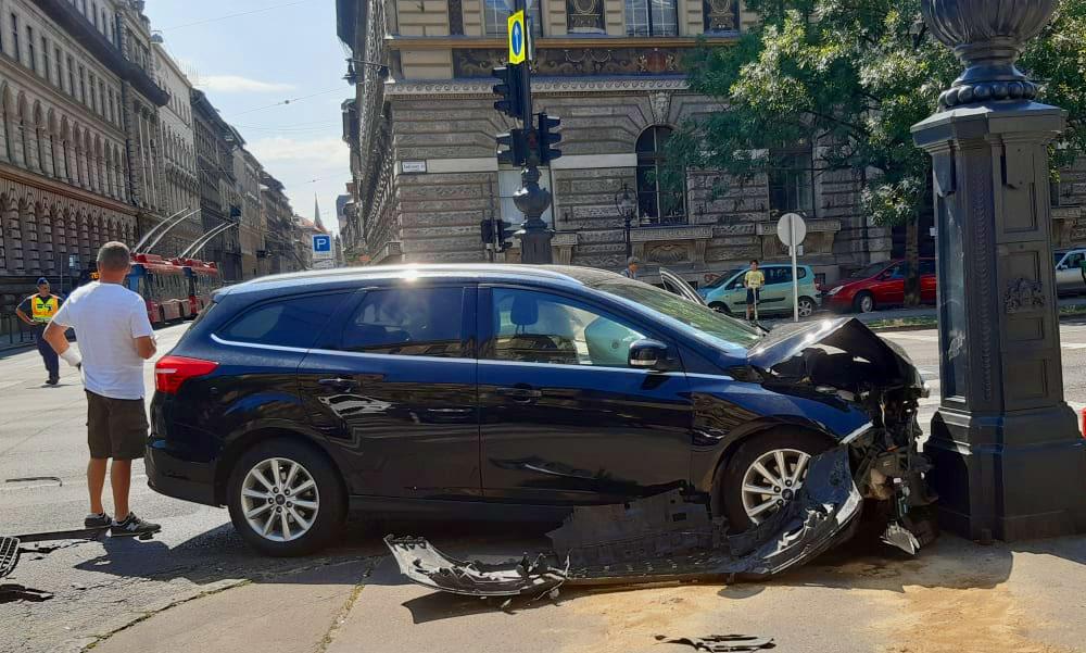 Baleset az Andrássy úton, a pénteki felhőszakadás miatt nem működtek a lámpák, baj lett belőle