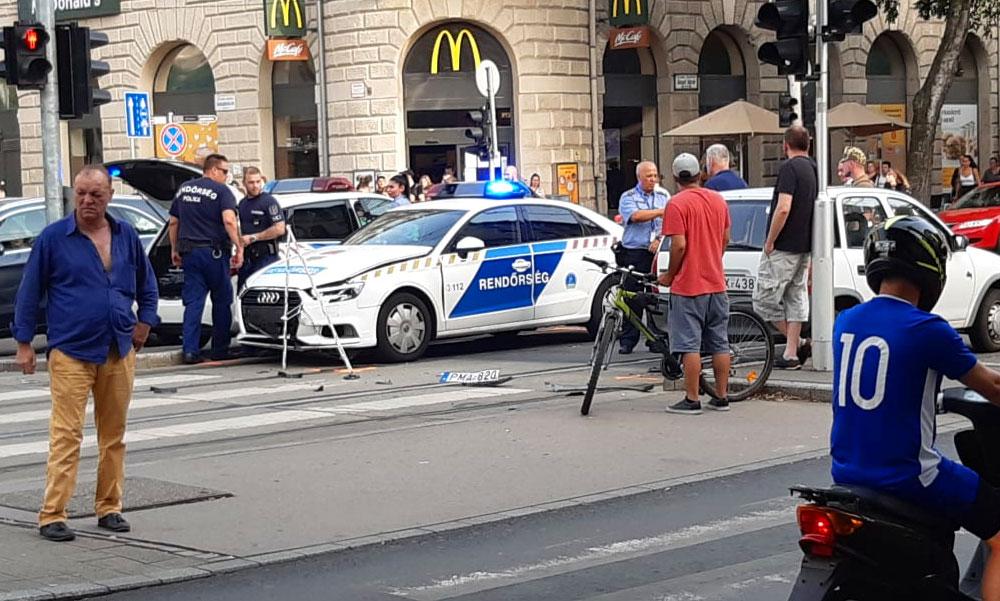 Szirénázó rendőrautó karambolózott a Nagykörúton, kitörött kerekek, megpördült autó és rengeteg bámészkodó van a helyszínen