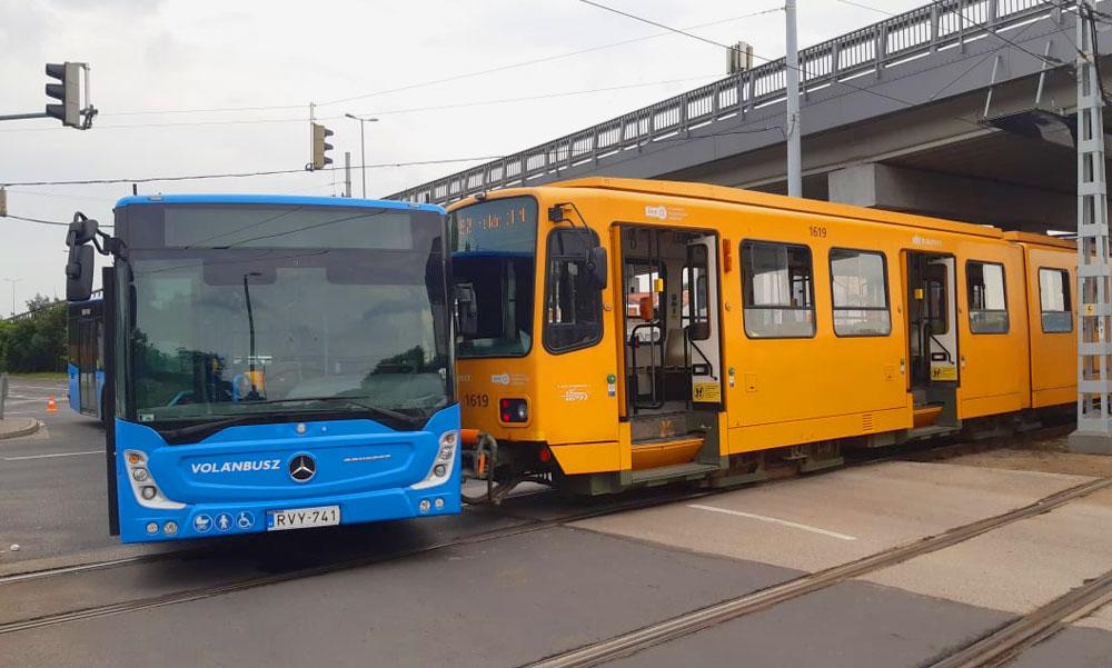 A fülledt hétvégi melegben összecsókolózott egy BKV-busz és egy villamos