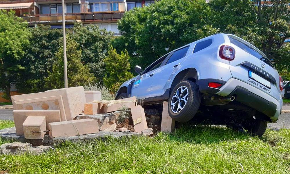 Kőkereszt volt, most kőhalom: Rosszul lett a Dacia sofőrje és nekirongyolt a feszületnek, közben az Andrássy úton egy luxus BMW karambolózott