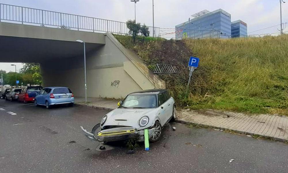 Lerongyolt az Árpád hídról egy autómegosztós Mini, a vagánykodó srácok majdnem a Dunába zuhantak
