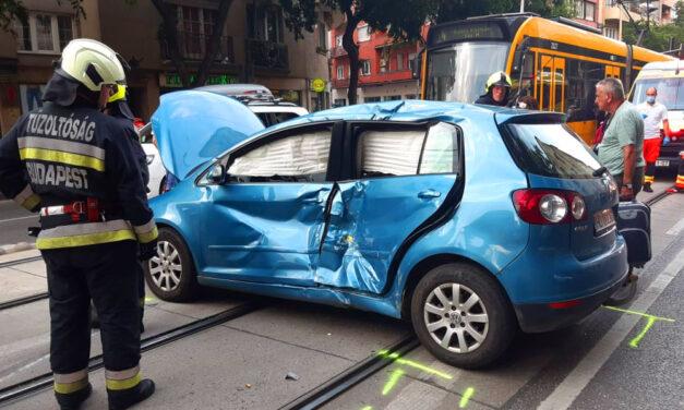 Oldalba trafálta az autót a villamos, a román sofőr meglepődött, hogy tényleg nem lehet balra kanyarodni ott, ahol azt tábla tiltja