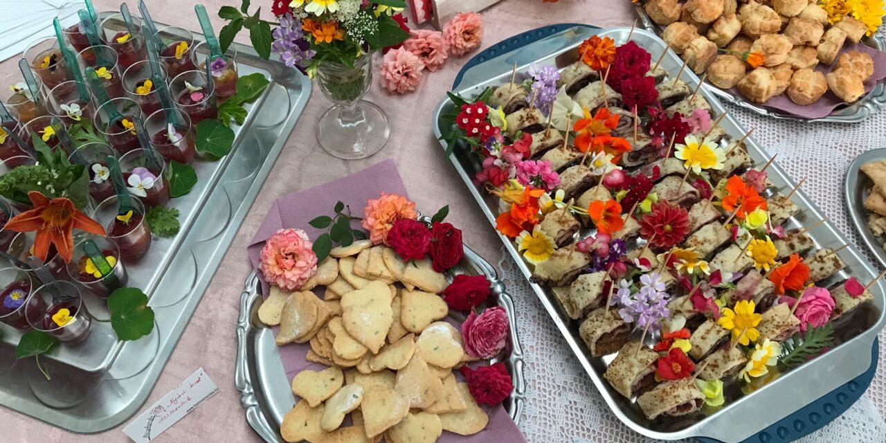 Biokertben virágot kóstolni, Jókai asztalánál uzsonnázni, Budapest felett a rózsakertben török teát inni: remek kerti programok hétköznapra