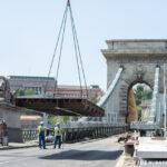 Óriásdaru a Lánchídnál – 8 tonnás elemeket szállítottak a felújítás alatt álló hídhoz