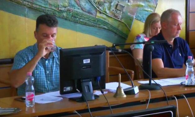 Ivott egy pohár vizet és megszavaztatott magának 5,7 millió forintos jutalmat Dióssi Csaba, Dunakeszi polgármestere