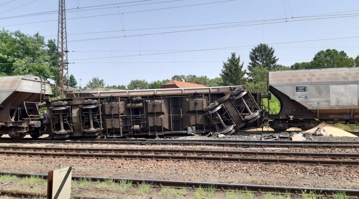 Kisiklott és felborult egy vonat Rákospalotán, jelentősén változik a menetrend