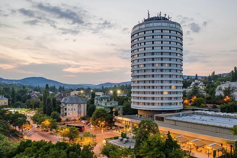 Annyira kevés Budapesten a turista, hogy bezárják a Körszállót: diák  – és munkásszállóvá alakítják át az épületet