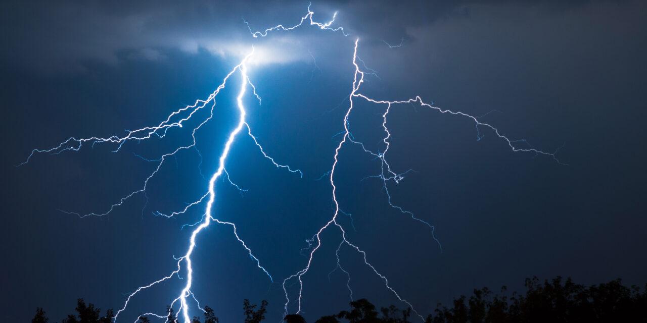 Brutális károkat okozott a hétvégén a vihar, Pest megyét is letarolta – Több helyre kellett tűzoltókat vezényelni, Dabason villám csapott egy ház tetejébe, kigyulladt